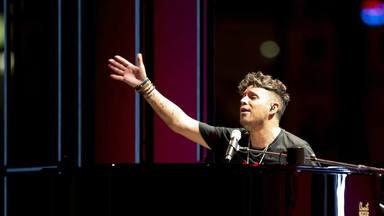 Tras el lanzamiento de una piedra, Pablo López se sobrepone y continúa su concierto