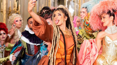 Lola Índigo en una imagen de su nuevo videoclip, Romeo y Julieta