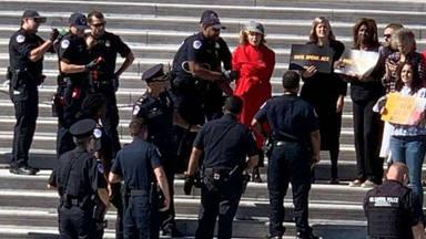 La famosa actriz Jane Fonda es detenida en plena calle