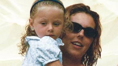 Rocío Carrasco cogiendo en brazos a su hija Rocío Flores cuando era una niña