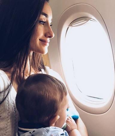 Adara Molinero y su hijo