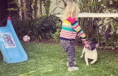 Chloe jugando con Lola en el jardín de casa
