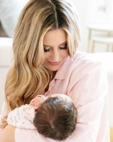 Cat McDonnell, la mujer de Pau Gasol, junto a su primera hija Ellie