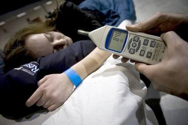 Un voluntario mide el nivel de decibelios de los ronquidos de una chica. EFE