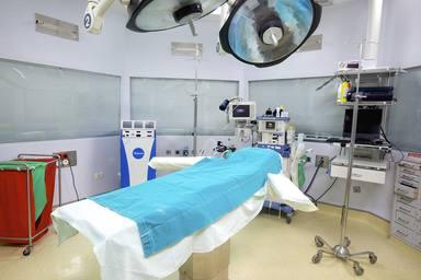 Una mujer despierta de la anestesia y se declara al enfermero