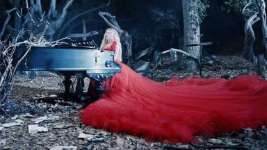 Avril Lavingne sorprende en su videoclip 'I Fell In Love With The Devil'