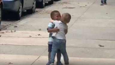 El abrazo viral de unos niños que ha enternecido a Alejandro Sanz