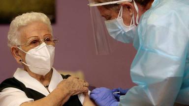 Araceli, la primera vacunada en España contra el Covid-19