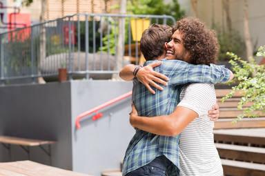 Abrazar a alguien mejorará tu salud