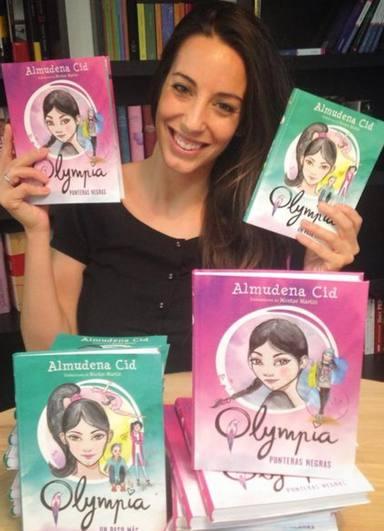 Almudena Cid posa con algunos títulos de su colección de cuentos infantiles