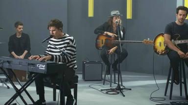 """DVICIO con su actuación en vídeo y acústico de """"Primera Vez"""", porque las baladas importan"""