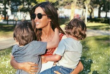 Sara Carbonero junto a sus hijos Martín y Lucas
