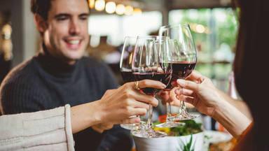 Chocar las copas para celebrar no es casualidad: descubre el por qué de la costumbre