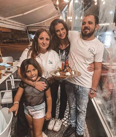 Rocío Flores junto a sus hermanos David y Lola y Olga Moreno, la mujer de su padre