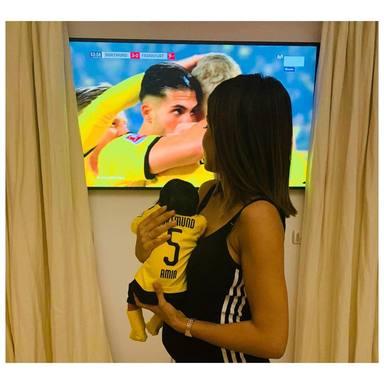 Hiba Abouk después de dar a luz junto a su hijo