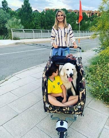 Alba Carrillo recibió críticas por pasear a su perro junto a su hijo en un carrito