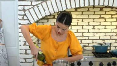 Selena Gomez sale de su zona de confort para sumergir en el mundo gastronómico y estrena su nuevo programa