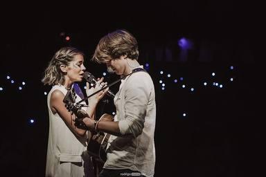 Sofía Ellar junto a su hermano Álvaro sobre un escenario en un concierto en Burgos