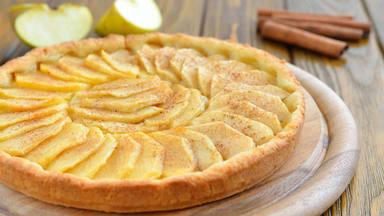Calentamos motores para el otoño aprendiendo a preparar una tarta de manzana: fácil, rica y jugosa