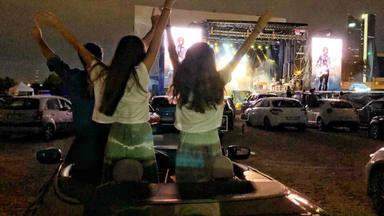 Cláxones mezclados con aplausos, en el primer concierto en formato autocine de España