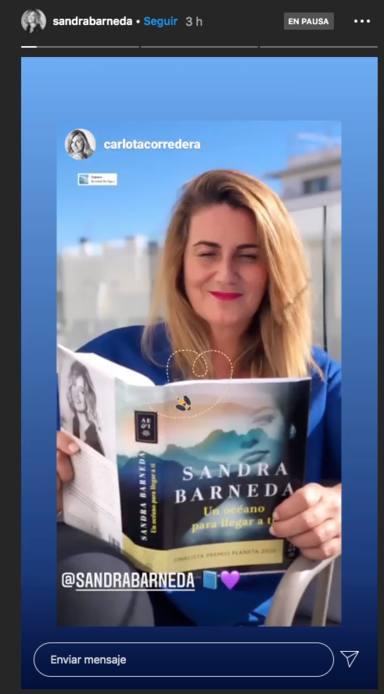Carlota Corredera con el libro de Sandra Barneda