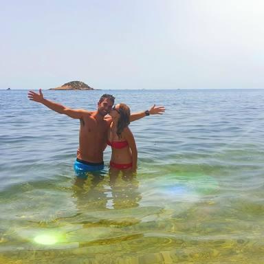 Alba Carrillo junto a Santi Burgoa en la playa