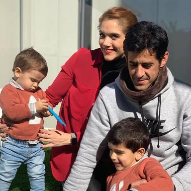 Víctor Janeiro y Beatriz Trapote junto a sus dos hijos Víctor y Oliver