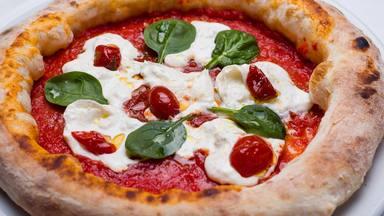 El sorprendente ingrediente que hay que añadir a la pizza en sartén para que la masa salga perfecta