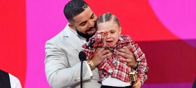 Adonis, hijo de Drake, no puede contener las lágrimas en los Billboard Music Awards