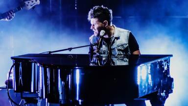 Pablo López finaliza sus conciertos en Valencia con una sorpresa: Antonio Orozco, sobre el escenario