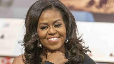 Michelle Obama se suelta la melena y sorprende con un favorecedor cambio de look