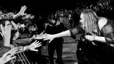 """Adele dice que esperemos su álbum """"para septiembre"""" en una fiesta nupcial"""