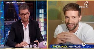 Pablo Alborán y Pablo Motos charlan durante un programa de El Hormiguero