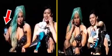 Lady Gaga encuentra un teléfono en el escenario