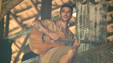 Álvaro de Luna idolatra a su 'Morena' en su nueva canción. ¡Mira el vídeo!