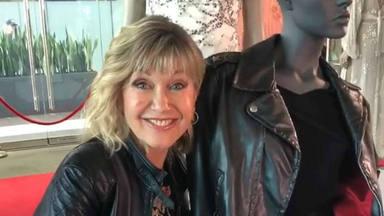 Las lágrimas de emoción de Olivia Newton-John cuando un fan le regala su chaqueta de 'Grease'