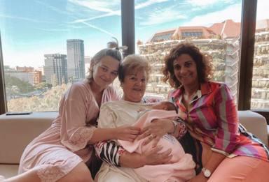 Laura Escanes posa junto a su madre, su abuela y su hija