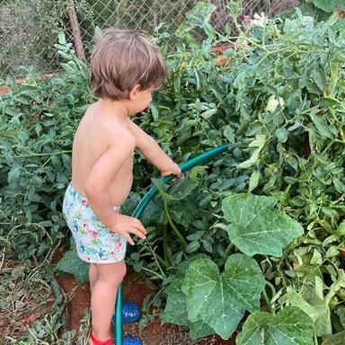 Cayetano Jr ayuda a su abuela en el huerto del jardín