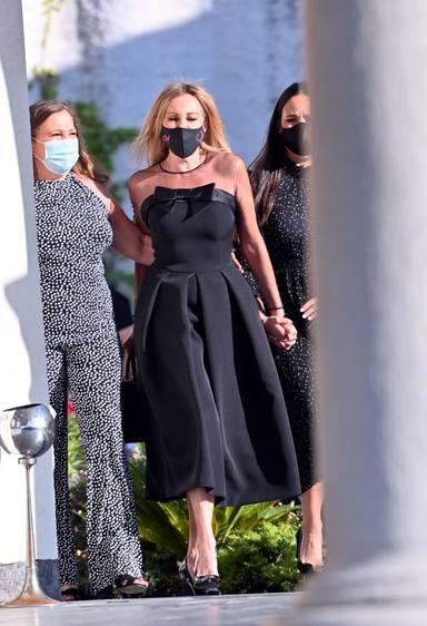 Ana Obregón, inseparable de sus hermanas y de Carolina Monje a su llegada a la misa funeral de Álex Lequio