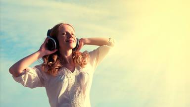 Las 10 canciones más top para dale la bienvenida al verano