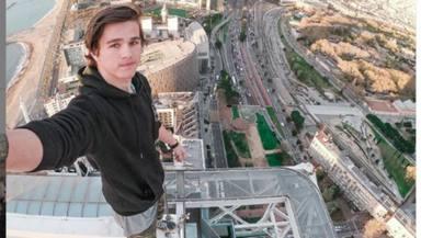 Un influencer arrisca la vida per gravar-se escalant monuments a Barcelona