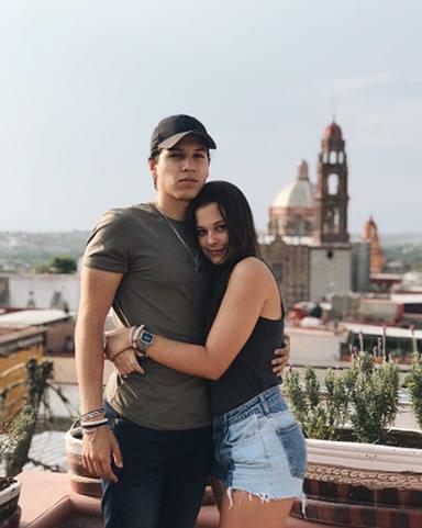 Manuela, la hija de Alejandro Sanz, posa junto a su novio