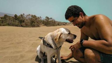 Enhamed con uno de sus perros