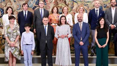 """La Reina Letizia recibe a los premiados """"Buenos días Javi y Mar, por un mundo mejor"""" de CADENA 100"""