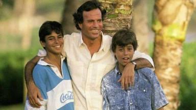Julio Iglesias junto a dos de sus hijos, Enrique y Julio José, de niños