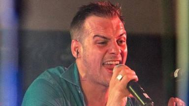 Álex Casademunt en una imagen de sus redes sociales en plena actuación en un concierto
