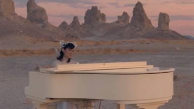 Julieta Venegas incrusta suavemente su colaboración con Tainy y Bad Bunny para 'Lo Siento BB'