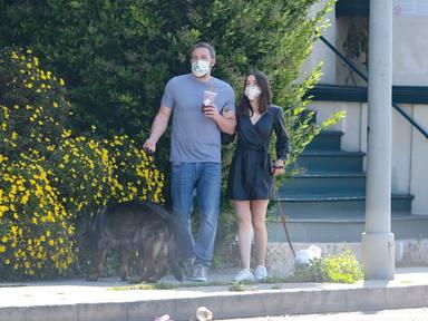Ben Affleck y Ana de Armas pasean a sus perros por Los Ángeles