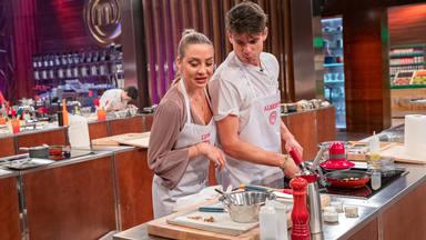 'MasterChef' revela su primera pareja; Alberto y Luna ¿amor entre fogones?