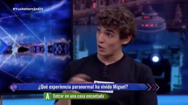Miguel Herrán contando su experiencia paranormal